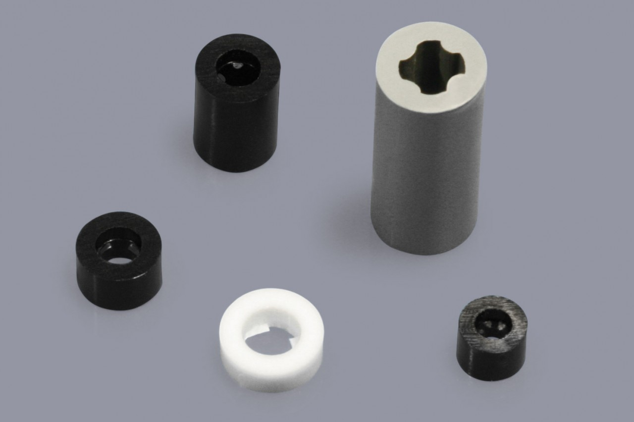 Distanzhülsen / Distanzröhrchen aus Kunststoff mit Haltelippe