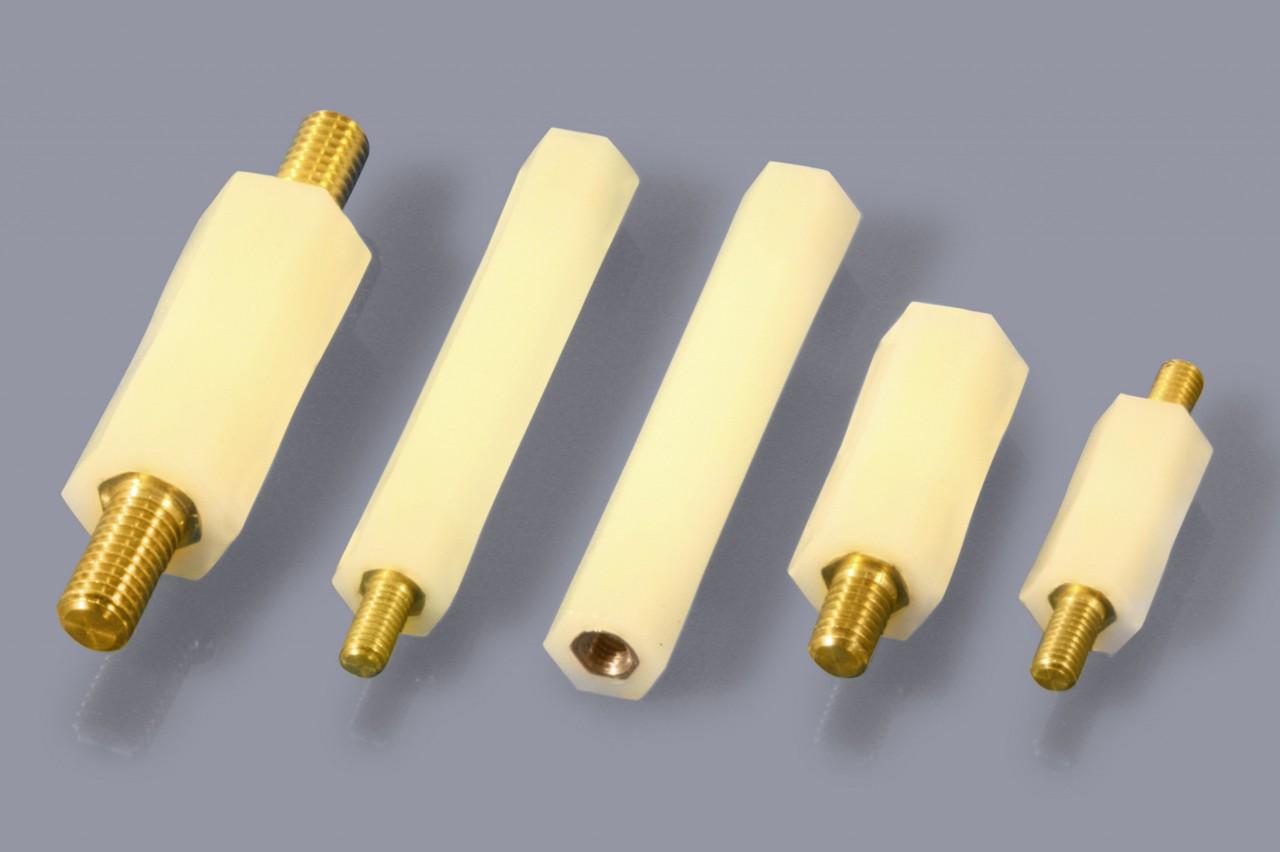 Isolierbolzen aus Nylon mit Gewindeeinsätzen aus Metall, sechskant
